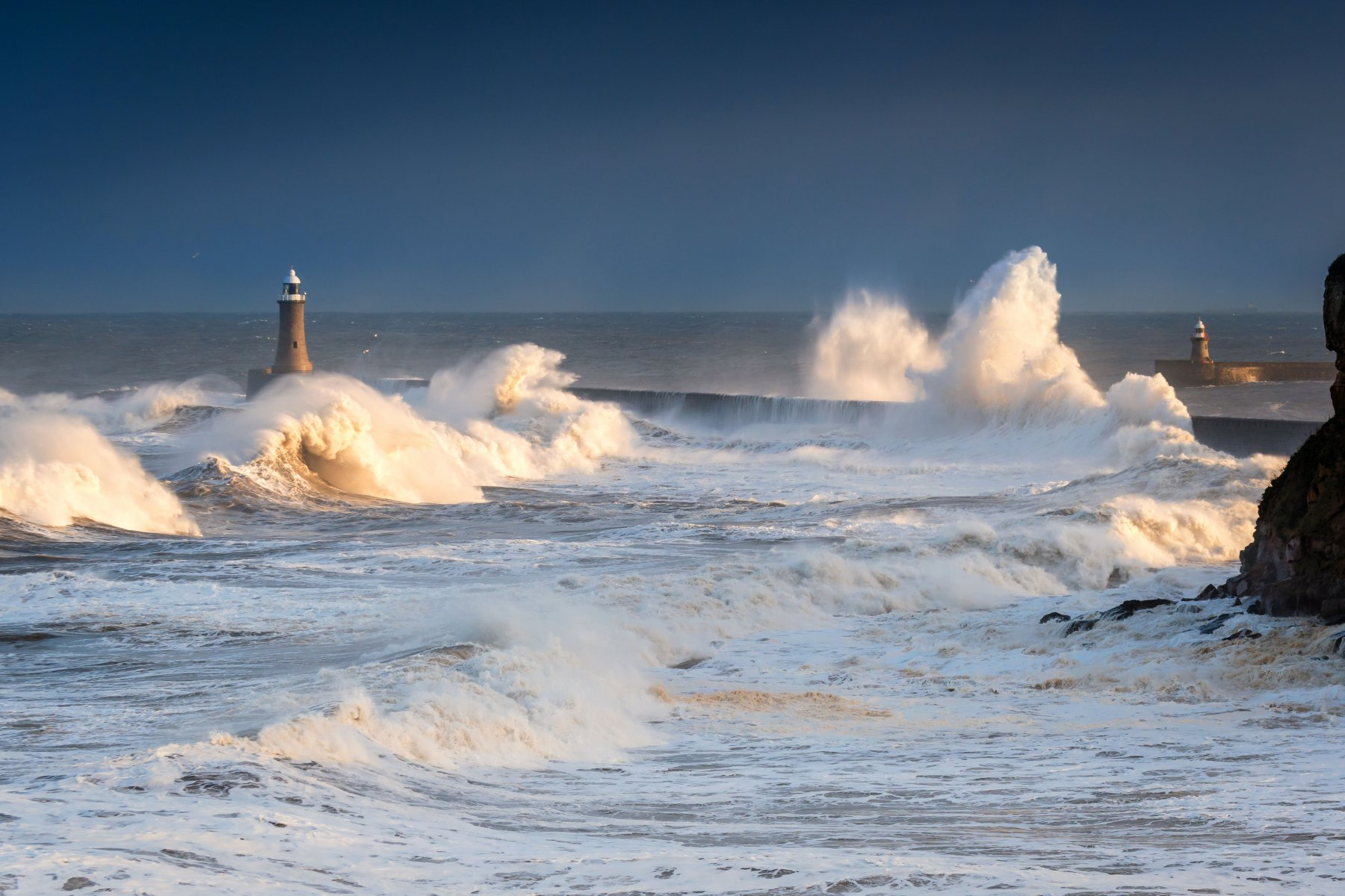 Avantage fiscal injustifié : ou vouloir saisir l'insaisissable. Rough Sea at Tynemouth / A stormy sea hits Tynemouth North Pier, resulting in high crashing waves cascading into the mouth of the River Tyne; Shutterstock ID 568499983; Ordering Party: CMS DSB (Mirjam Vastenholt); Job/Project: Invitation